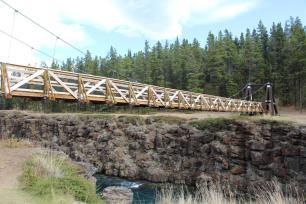 Die Fussgaengerbruecke ueber den Yukon River bei Miles Canyon.