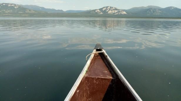 Ganz ohne Muskelkraft brachten uns Kanu und Motor uebers Wasser.