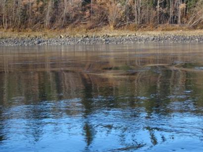 Riesige Steine im Flussbett woelben die Wasseroberflaeche merklich.
